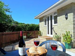 LITTLE SEDGE, romantic holiday cottage, near to beaches, with a garden in Freshwater, Ref 16904 - Freshwater vacation rentals