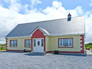 NORA'S COTTAGE, near to beaches and picturesque walks, en-suite bathrooms, with a courtyard in Doonbeg, Ref 18006 - Doonbeg vacation rentals