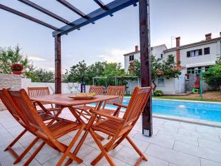 Appartment Radolovic A3, direct exit to the pool - Pula vacation rentals