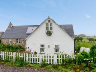 SALEM, detached, pretty gardens, four poster, roll top bath, close coast and Moelfre Ref 17436 - Moelfre vacation rentals