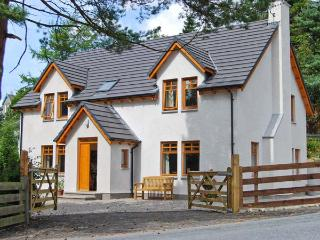 THISTLE DHU, detached cottage, four bedrooms, two bathrooms, enclosed garden, in Newtonmore, Ref 5914 - Aviemore and the Cairngorms vacation rentals