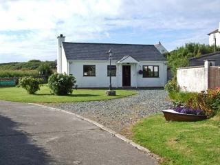YSTRAD, single storey cottage, on the island of Anglesey, off road parking, with a garden, in Trearddur Bay, Ref 18601 - Island of Anglesey vacation rentals