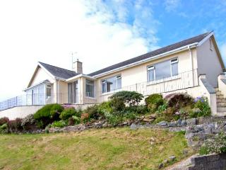 SEIBIANT, cottage near to the coast, picturesque walks at Snowdonia National Park, with a garden in Criccieth, Ref 13675 - Gwynedd- Snowdonia vacation rentals