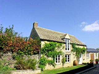 DUTTON HOUSE, detached, open fire, shared use of swimming pool in Witney, Ref 19027 - Oxfordshire vacation rentals