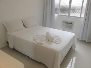 Clean Modern Studio In Copacabana Posto 6 - #1241 - Copacabana vacation rentals
