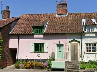 FEATHER COTTAGE, a former ale house, pet-friendly, with a garden, in Peasenhall, Ref 17093 - Suffolk vacation rentals