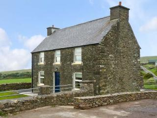 STONE COTTAGE, near to the coast and picturesque walks, en-suite bathrooms, sea views, with a garden in Ballydavid, Ref 17689 - Dingle Peninsula vacation rentals