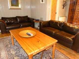 SUIDHE COTTAGE, detached timber cottage, with three bedrooms, decked area and hot tub, in Kincraig, Ref 17310 - Aviemore and the Cairngorms vacation rentals
