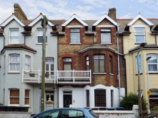 PEBBLES, well-equipped apartment, near sandy beaches and the coast, in Westgate-on-Sea, Ref 18360 - Westgate-on-Sea vacation rentals