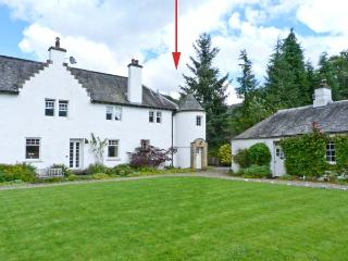 EAST TURRET, first floor apartment, with open fire, off road parking, and shared lawned garden, in Comrie, Ref 18746 - Perth and Kinross vacation rentals