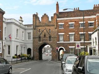 MORLEYS MEWS, lovely duplex apartment in historic market town, close cathedral, market & amenities. In Beverley Ref 18545 - East Riding of Yorkshire vacation rentals