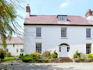 THE OLD SCHOOLHOUSE AND SURGERY, hot tub, walled garden, 50
