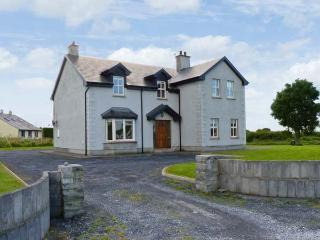 OYSTER LODGE, modern, detached cottage, with Jacuzzi bath, lawned garden, off road parking, in Mulrook, Ref 19290 - Galway vacation rentals