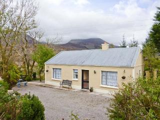 CARRAUNTOOHIL HEIGHTS, detached, en-suites, open fire, pet-friendly, Ref 912816 - Glencar vacation rentals