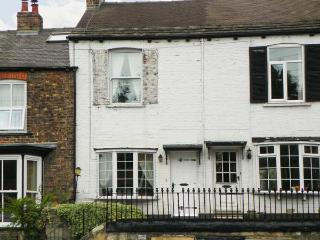 74 BRIGGATE, welcoming cottage, with farmhouse kitchen, and enclosed courtyard, in Knaresborough, Ref 18672 - Knaresborough vacation rentals