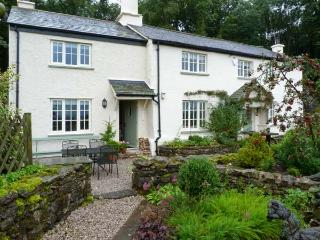 GAMEKEEPER'S COTTAGE, romantic retreat, woodburner, country views, patio in Milnthorpe, Ref 8275 - Milnthorpe vacation rentals