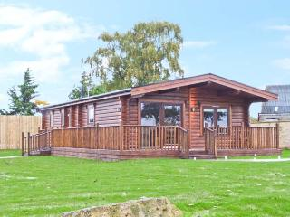 CORNFIELD LODGE, detached log cabin, with en-suite bedroom, designer kitchen, balcony, in Northallerton, Ref 18818 - Northallerton vacation rentals