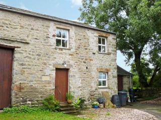 HOWARD'S BARN, first floor accommodation, bedroom with en-suite, romantic retreat, walks from door, in Arkholme, Ref 11898 - Lancashire vacation rentals