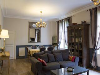 Charming 19th century 2 bedroom apartment 6 + Baby - Tours vacation rentals