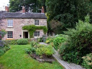 THE OLD POST OFFICE, cosy cottage with woodburner, and garden, in Wirksworth, Ref 14152 - Wirksworth vacation rentals