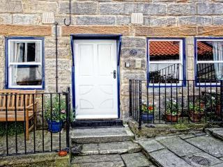GRIMES NOOK, fisherman's cottage, with woodburning stove, close to shops, pubs and beach, Ref 18479 - Staithes vacation rentals