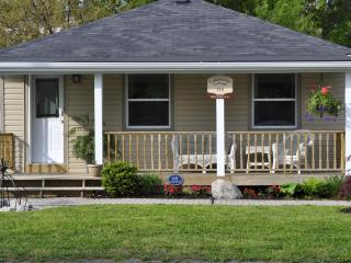 Lakes Edge Cottage the perfect location - Niagara-on-the-Lake vacation rentals