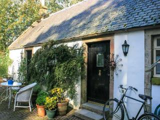 SWEETPEA COTTAGE, single-storey accommodation, woodburner, walled garden, Wiston near Biggar Ref 20493 - Dumfries & Galloway vacation rentals