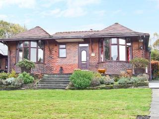 POTS & PANS, bungalow with woodburner, en-suite bedroom, parking, garden, in Greenfield, near Oldham, Ref 6468 - Oldham vacation rentals