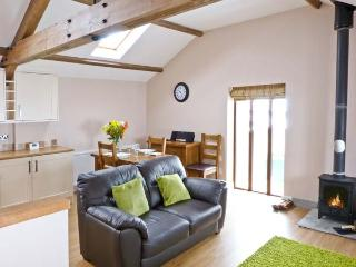 DINNY'S RETREAT, barn conversion, romantic base, woodburner, parking, garden, near Selside, Ref 20804 - Selside vacation rentals