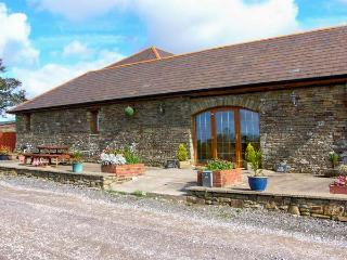 THE DAIRY, single-storey cottage, open plan living area, country views, near Llanmorlais Ref 19775 - South East Wales vacation rentals