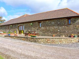 THE STALL, single-storey cottage, open plan living area, country views, near Llanmorlais, Ref 20414 - South East Wales vacation rentals