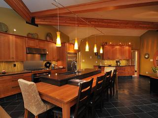 Luxurious 2 Bedroom Bungalow Steps to Comox City Centre and Amenities - Comox vacation rentals
