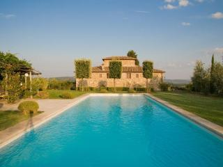 Luxury Villa w/pool,sleeps 12 + 3 near Siena. - Castelnuovo Berardenga vacation rentals