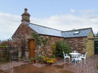 THE COBBLES, stone-built cottage, romantic retreat, en-suite bedroom, walks and cycle routes nearby, near Penrith, Ref 12060 - Penrith vacation rentals