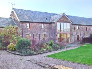 GROVE VIEW BARN, stone-built, family accommodation, enclosed garden, paddock, walks from door, near Ross-on-Wye, Ref 14217 - Herefordshire vacation rentals