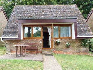GLYNDLEY MANOR COTTAGES, single-storey, detached lodge, with shared outdoor swimming pool, fishing lake, and walks from door, ne - Pevensey vacation rentals