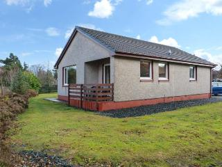 5 INNES-MAREE, pet-friendly cottage near loch, single-storey, balcony, in Poolewe, Ref 20198 - Ross and Cromarty vacation rentals