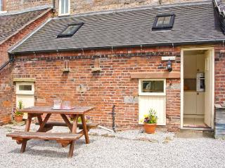 COACHMAN'S COTTAGE, woodburner, off road parking, gravelled garden, in Bradnop, Ref 21189 - Staffordshire vacation rentals