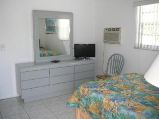 FURNISHED EFF. NEAR HOLLYWOOD BCH.  $275 WEEKLY - Longboat Key vacation rentals