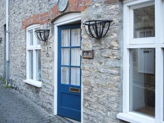 EASTER COTTAGE, stone-built cottage, courtyard garden, town location, in Malmesbury Ref 17923 - Malmesbury vacation rentals