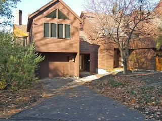 A slope-side townhouse professionally managed by Loon Reservation Service - Lincoln vacation rentals
