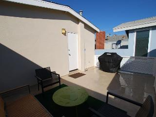 Great 3 Bedroom Oceanside Home! 7 Houses from Sand! (68289) - Newport Beach vacation rentals
