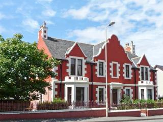 CAIRN DHU APARTMENT, ground floor, central location, parking and garden, in Stornoway, Ref 21471 - The Hebrides vacation rentals