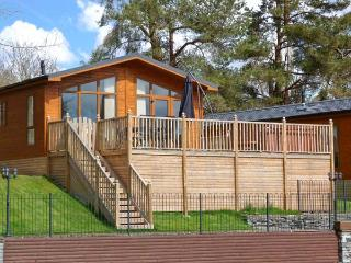 AMBLESIDE 82, detached lodge, lake views, hot tub, use of indoor heated swimming pool, near Troutbeck Bridge, Ref 22332 - Cumbria vacation rentals