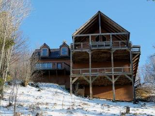 Ski Lodge. 40 MILE VIEW!!!! FALL COLORS SPECTACULAR. KING MASTER. WOOD BURNING FP. LOOKS OUT AT SKI SLOPE - Burnsville vacation rentals