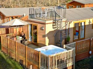 21 THIRLMERE, detached lodge, decked terrace, hot tub, pet-friendly, on shores of Lake Windermere near Windermere, Ref 22969 - Windermere vacation rentals
