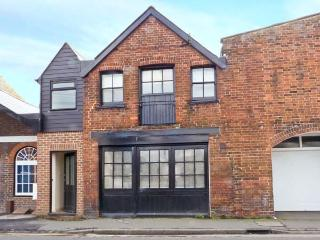 THE OLD FORGE, character cottage, en-suite bedroom, Juliet balcony, open plan living area, close to harbour, in Rye, Ref 22418 - East Sussex vacation rentals