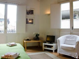 Private apartment up to 5 guests  - Barri Gòtic Barcelona 35 - managed by travelingtolisbon - United States vacation rentals