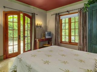 LUXURIOUS  ITALIAN  VILLA ____STUDIO APT__AC__WIFI - Portland vacation rentals