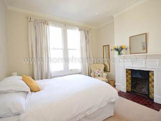 Bright and modern 2 bedroom apartment- Fulham - London vacation rentals